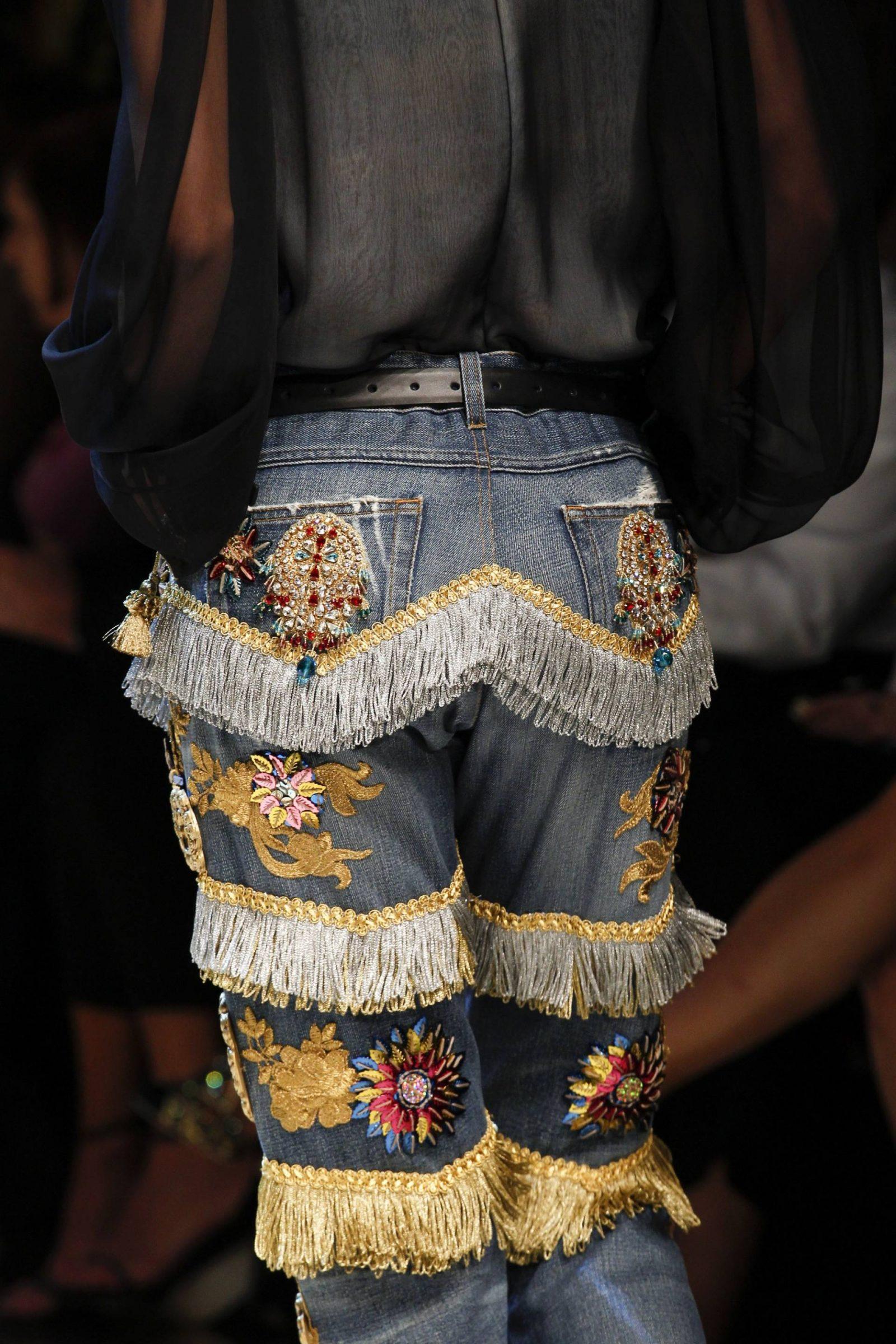 Mom Jeans mit floralen Stickereien und Fransen